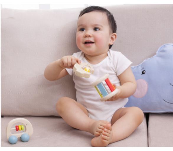 Bebé jugando con los sonajeros arco iris