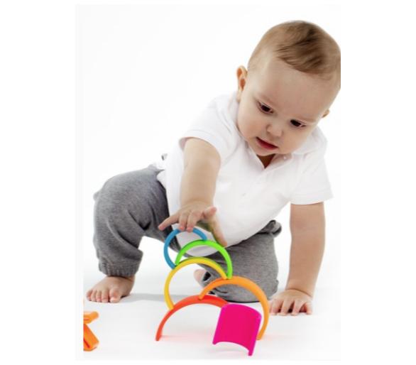 Bebé jugando con Arco Iris Waldorf Colores Vivos de Dëna