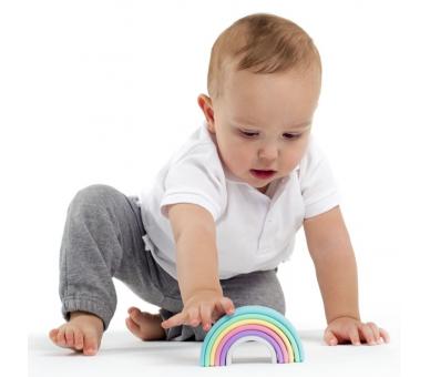 Bebé jugando con arco iris de Dëna para la cesta de los tesoros montessori