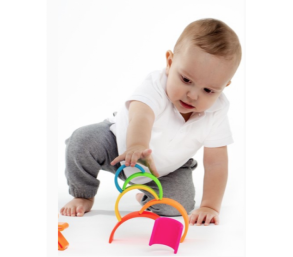 Bebé jugando con Arco Iris Waldorf Pequeño Silicona de Dëna