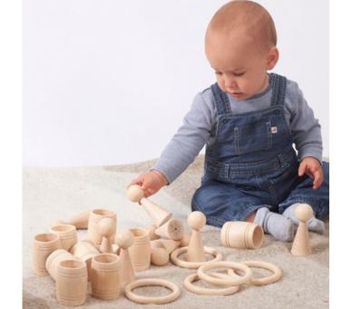 Bebé jugando con la cesta de los tesoros
