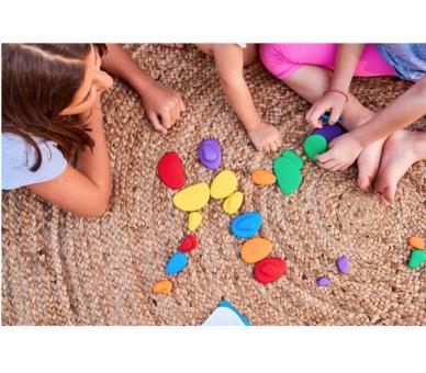 Niños jugando con las piedras arco iris