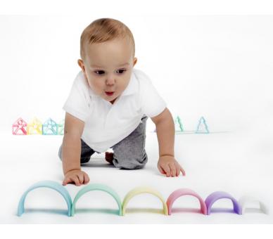 Bebé jugando con el arco iris pequeño de silicona de Dëna
