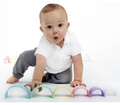 Bebé jugando con el arco iris de silicona de Dëna ideal para regalar